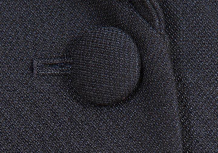 c64fb7c83d187 ジャケットと同じ生地でボタンを包んだくるみボタン。 お受験スーツのくるみボタンは、優しく上品な雰囲気を作り出します。